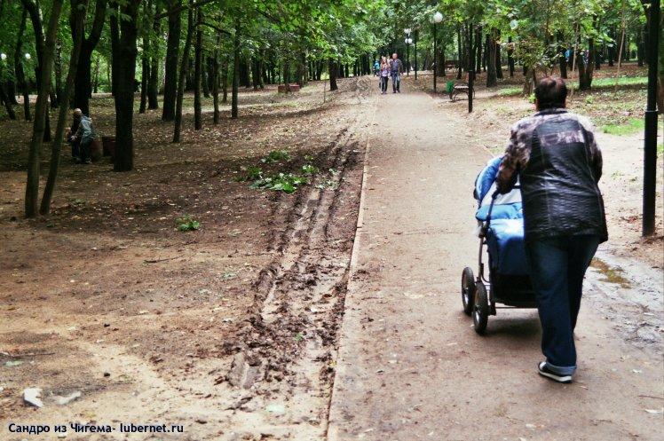 Фотография: Опять колея от автотранспорта или если нужен вьезд на территорию парка- сделайте широкие дорожки из брусчатки, выдерживающие автотранспорт)..jpg, пользователя: В@cильичЪ