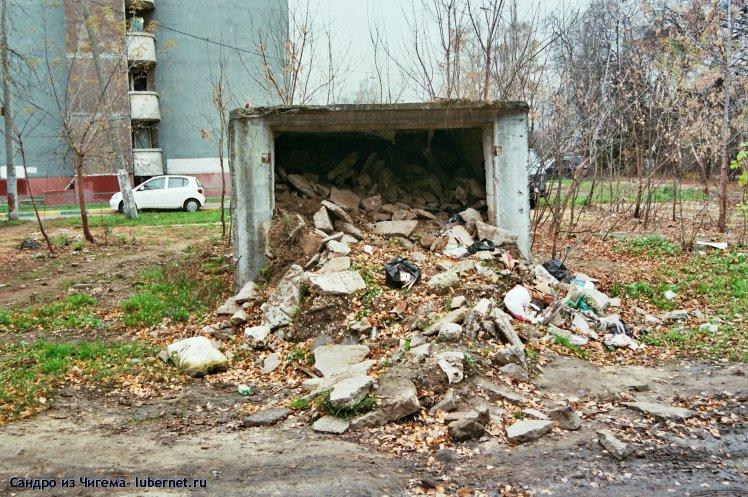 Фотография: После демонтажа гаражей-ракушек рядом с березовой рощей остался  данный гараж со строительным мусором.jpg, пользователя: Сандро из Чигема