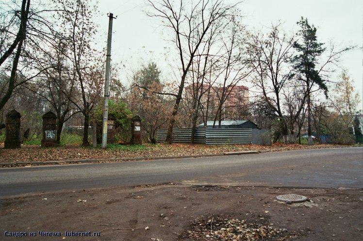 Фотография: Столбы ограды бывшего частного дома и гараж на территории парка.jpg, пользователя: Сандро из Чигема